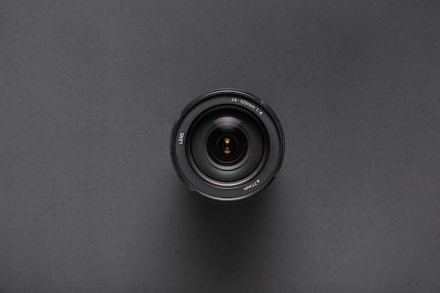 Vue de dessus des objectifs de la caméra sur fond noir avec espace de copie