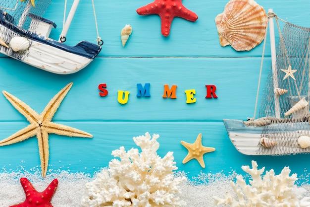 Vue de dessus des objets d'été sur la table
