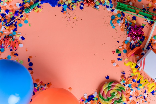 Vue de dessus des objets de fête d'anniversaire sur fond coloré