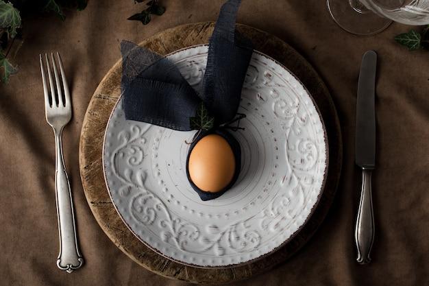 Vue de dessus œuf à la coque sur une plaque