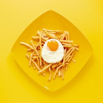 Vue de dessus avec oeuf et frites sur assiette