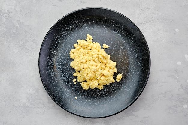 Vue de dessus des œufs brouillés classiques sur une assiette