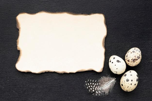 Vue de dessus des œufs de caille avec un morceau de papier