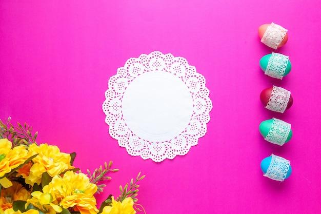 Vue de dessus des oeufs colorés sur fond rose concept coloré printemps novruz vacances ethnique fleuri