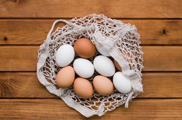 Vue de dessus des œufs dans un sac en filet prêt pour pâques