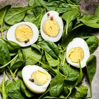 Vue de dessus des œufs durs et des épinards