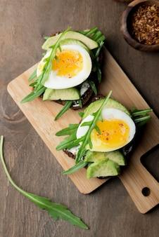 Vue de dessus des œufs durs sur une planche à découper
