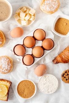 Vue de dessus oeufs et ingrédients de la pâte