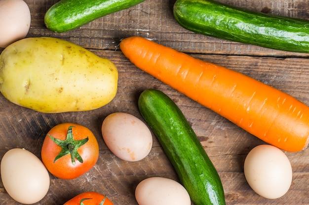 Vue de dessus des œufs et des légumes frais