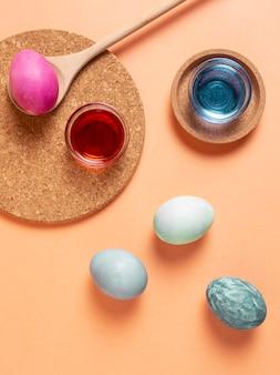 Vue de dessus des oeufs de pâques peints avec colorant