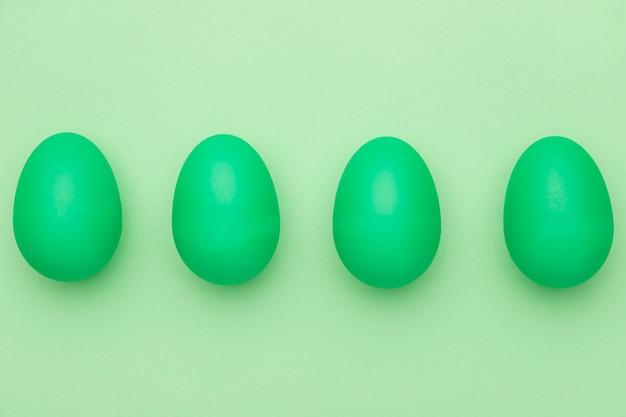 Vue de dessus des œufs peints en vert sur table