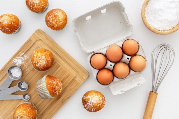 Vue de dessus des œufs et des petits gâteaux