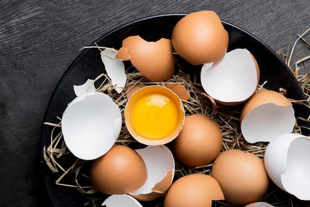 Vue de dessus des œufs de poule frais
