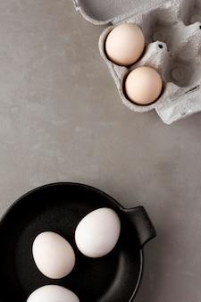 Vue de dessus des œufs prêts pour le petit déjeuner