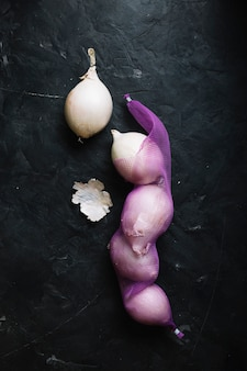 Vue de dessus des oignons blancs sur un filet de légumes