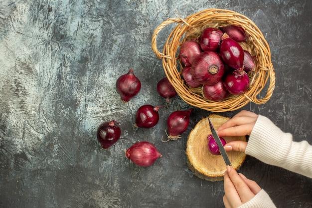 Vue de dessus des oignons rouges frais sur une surface gris clair