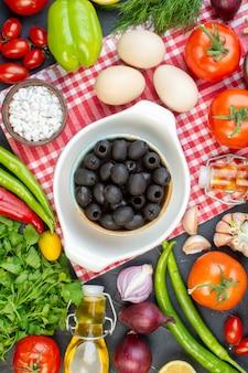 Vue de dessus olives noires avec légumes frais verts et œufs sur fond sombre photo couleur régime alimentaire salade repas déjeuner santé collation