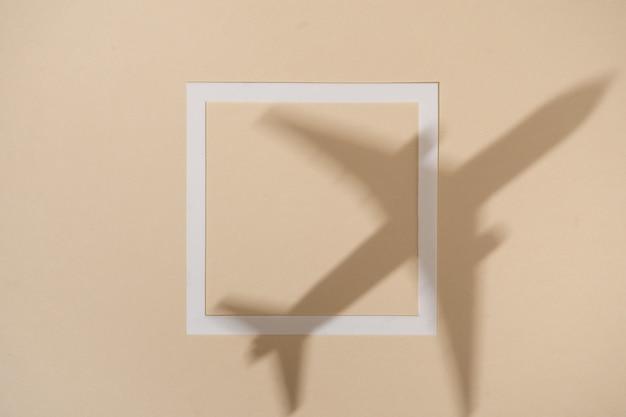 Vue de dessus de l'ombre de l'avion sur la couleur du sable