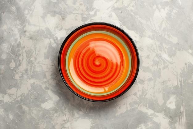 Vue de dessus orange vide sur une surface blanche