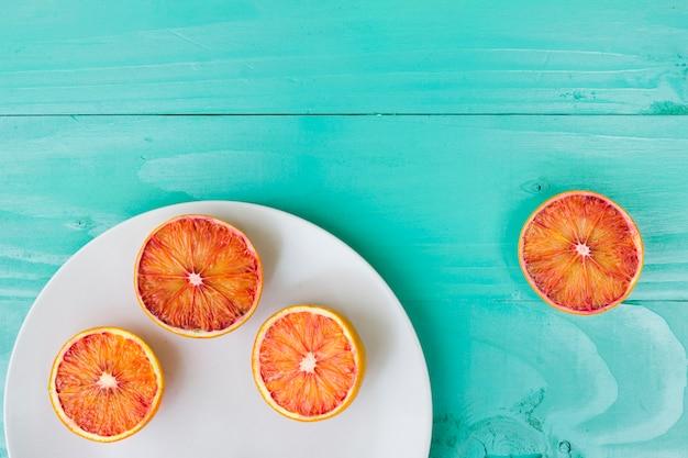 Vue de dessus des oranges sur une assiette
