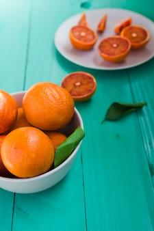 Vue de dessus des oranges sur le bol et la plaque