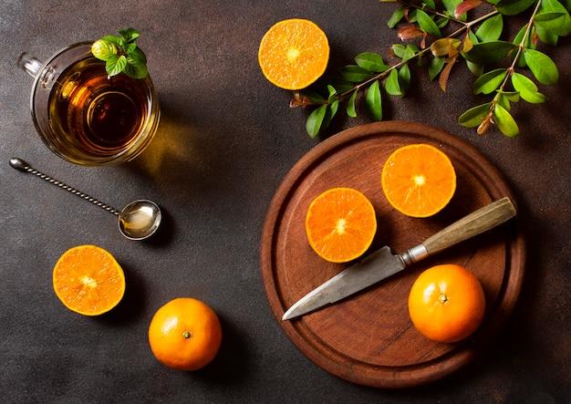 Vue de dessus des oranges et du thé concept de nourriture et de boissons d'hiver