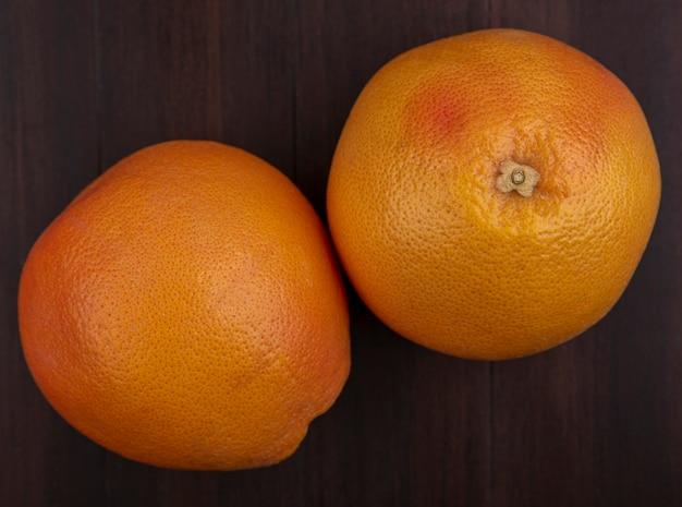 Vue de dessus des oranges sur fond de bois