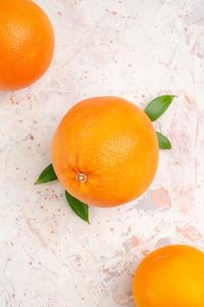 Vue de dessus des oranges fraîches sur une surface isolée brillante