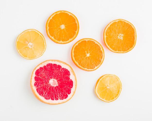 Vue de dessus des oranges et des grenades