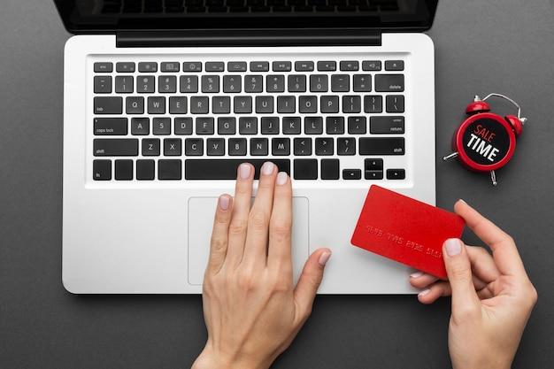 Vue de dessus ordinateur portable et carte d'achat rouge