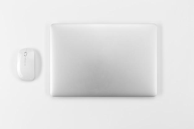 Vue de dessus ordinateur portable et disposition de la souris