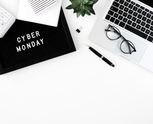 Vue de dessus de l'ordinateur portable avec des lunettes et des plantes pour le cyber lundi