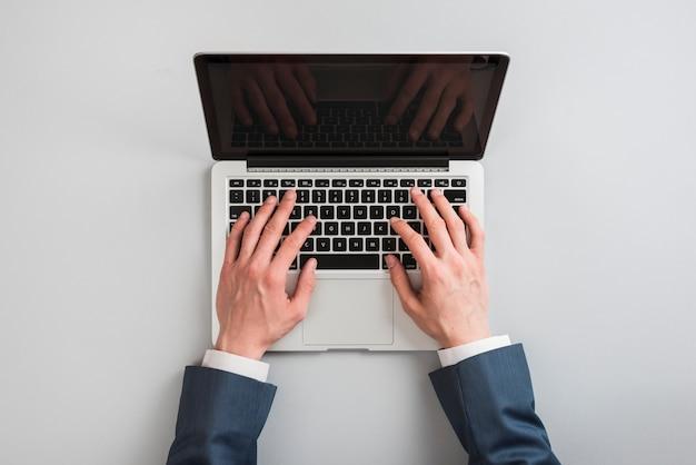 Vue dessus, de, ordinateur portable, à, mains