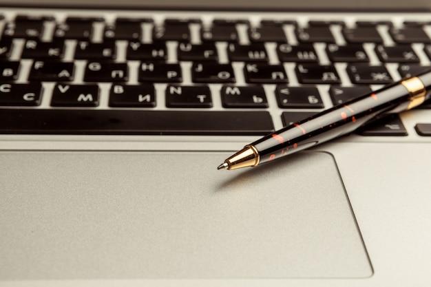 Vue de dessus d'un ordinateur portable moderne sur un bureau en bois