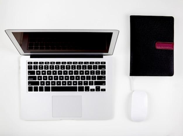 Vue de dessus d'un ordinateur portable avec moniteur à écran ouvert