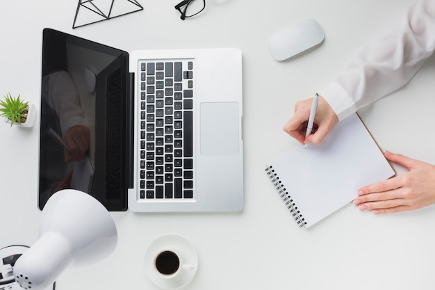 Vue de dessus de l'ordinateur portable et tasse de café sur le bureau
