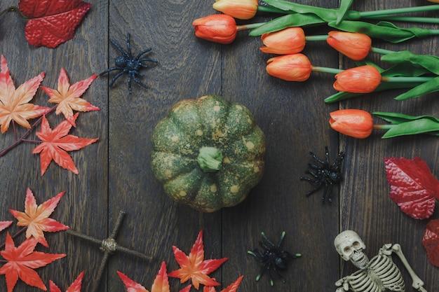 Vue de dessus de l'ornement supérieur concept d'arrière-plan du festival happy halloween.sign accessoire important sur le bureau de bureau en bois brun rustique moderne. élément essentiel pour la conception créative de l'espace holiday.free.