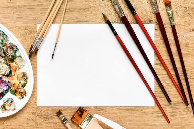 Vue de dessus des outils d'artiste sur le bureau