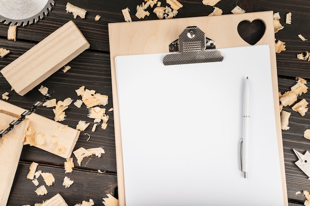 Vue de dessus des outils en bois sur un bureau avec presse-papiers