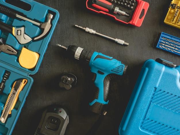 Vue de dessus des outils de construction avec jeux de perceuses, marteau, tournevis et boîte à outils