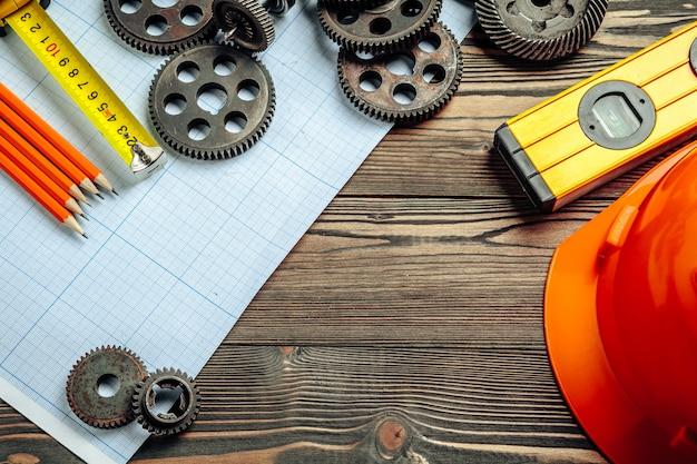 Vue de dessus des outils d'ingénierie automobile sur papier quadrillé
