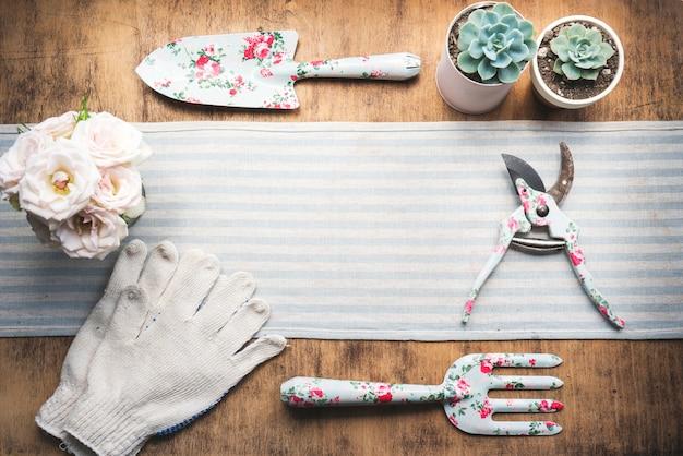 Vue de dessus des outils de jardinage imprimés