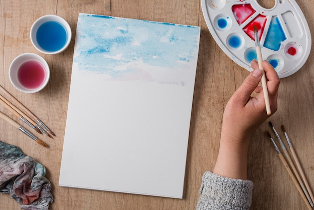 Vue de dessus des outils de peinture sur table