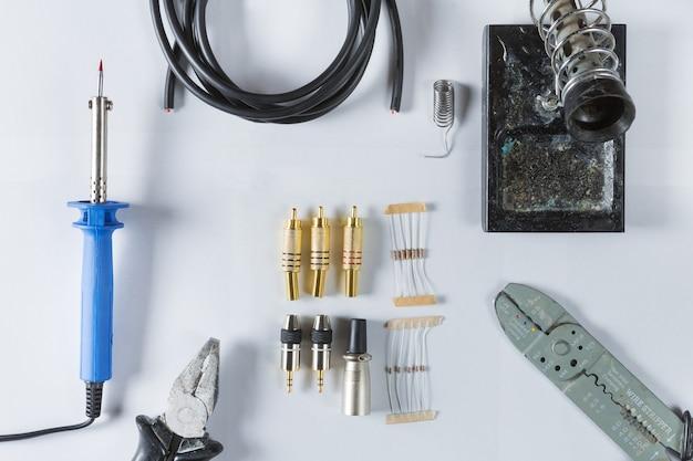 Vue de dessus des outils pour la réparation électrique à domicile