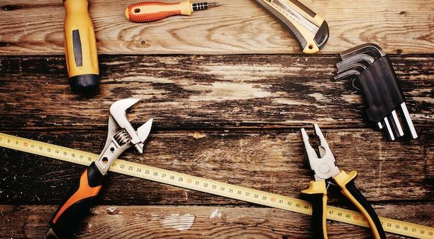 Vue de dessus des outils pratiques de construction sur fond en bois.