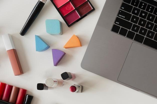 Vue de dessus des outils de travail de blogueur sur bureau