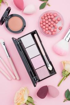 Vue de dessus pack de produits de beauté close-up