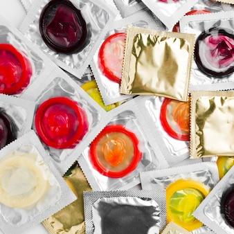 Vue de dessus des packs de préservatifs