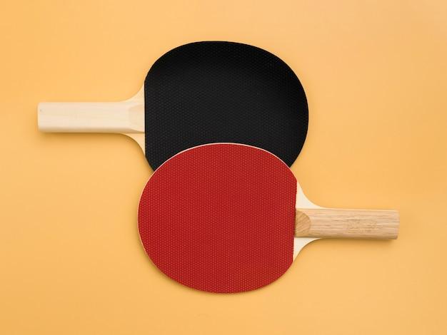 Vue de dessus des pagaies de ping-pong