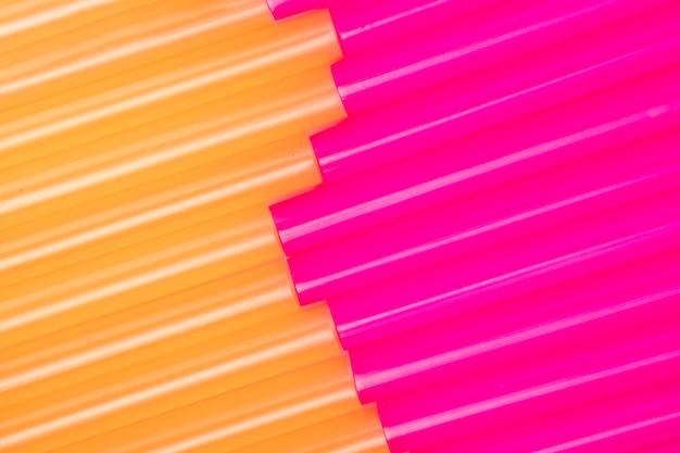 Vue de dessus des pailles multicolores